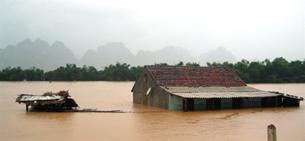 Mưa lũ ngập nhà ở Quảng Bình hôm 04 tháng 10 năm 2010