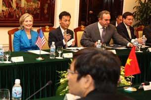 Ngoại trưởng Mỹ Hillary Clinton (trái) gặp gỡ các quan chức Việt Nam tại Hà Nội vào ngày 22 tháng 7 năm 2010.