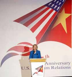 Ngoại trưởng Hillary Clinton phát biểu tại Lễ kỷ niệm lần thứ 15 quan hệ Việt Nam - Hoa Kỳ ở khách sạn Melia, Hà Nội hôm 22/07/10. Photo courtesy of US Embassy-Hanoi/Le Duc Tho.