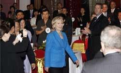 Các doanh nhân Việt - Mỹ chào đón Ngoại trưởng Hillary Clinton tại lễ kỷ niệm 15 năm quan hệ Việt Mỹ. Photo courtesy of US Embassy-Hanoi/Le Duc Tho.