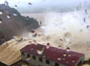 Trong trận lũ đập thủy điện Hố Hô đang có nguy cơ vỡ, hàng chục nghìn dân ở Hương Khê (Hà Tĩnh) và Minh Hóa (Quảng Bình) bị đe dọa. Screen capture