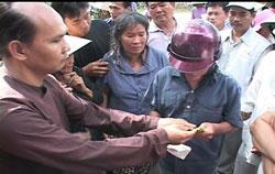 Phật giáo Hòa Hảo làm từ thiện giúp đỡ dân nghèo. Hình do độc giả gởi cho RFA.