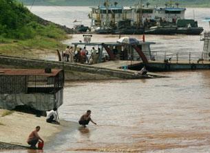 Bến phà Lancang bên phía Trung Quốc. AFP