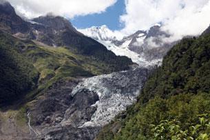Phía bắc Vân Nam, là những dãy núi băng tuyết là nguồn nước rót vào đầu nguồn sông Meko