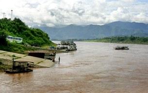 Sông Mekong trên địa phận Trung Quốc, bến phà Lancang bên trái phía phải sông là tỉnh Guanlei, Miến Điện.