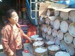 Một người Việt ở Thái bán hàng sành sứ nhập từ Việt Nam. Photo courtesy of Thanhien.com.vn