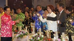 Thủ tướng Việt Nam, Nguyễn Tấn Dũng (trái) chúc rượu lãnh đạo các quốc gia tham dự hội nghị thượng đỉnh ASEAN và các nước đối tác bao gồm Mỹ, Trung Quốc, Nhật Bản, Nga , Hàn Quốc và Australia tại Hà Nội ngày 29 tháng 10 năm 2010. AFP PHOTO / POOL / BARBAR