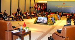 Thủ tướng Nhật Bản Naoto Kan (phải) và Thủ tướng Trung Quốc Ôn Gia Bảo (trái) lắng nghe bài phát biểu của Thủ tướng Việt Nam Nguyễn Tấn Dũng (trên màn hình) cùng với các đại biểu khác tại Hội nghị thượng đỉnh ASEAN 13 công ba, tại Hà Nội ngày 29 tháng 10