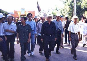 Ông Lê Quang Liêm, Hội trưởng Giáo hội Phật giáo Hòa hảo Thuần túy, đi giữa đội nón trắng, dẫn tín đồ PGHH diễu hành nhân ngày Lễ hội PGHH tại An Giang.