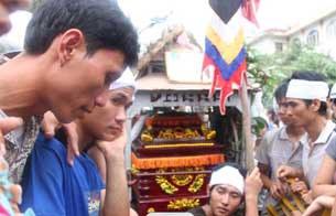Người dân đem quan tài Anh Nguyễn Văn Khương, người bị công an đánh chết đến biểu tình tại trụ sở UBND tỉnh Bắc Giang hôm 25/07/2010.