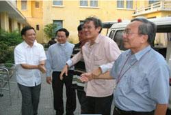 Linh mục Lý được dìu vào nhà hưu dưỡng Tòa Giám Mục và Nhà Chung Tổng Giáo phận Huế chiều 15/3/2010. Hình do thân nhân LM Lý gửi RFA