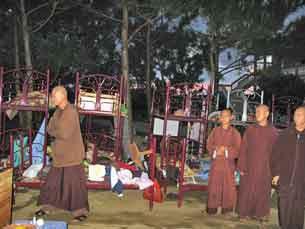 Các tăng sĩ bị đuổi ra khỏi Thiền Viện Bát Nhã