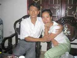 Vợ chồng Bác sĩ Phạm Hồng Sơn - Vũ Thúy Hà, hình chụp hôm 30-8-2006. Photo courtesy of Free News Agency.