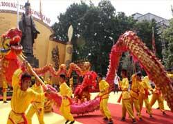 Biểu diễn múa rồng trong những ngày diễn ra Đại Lễ. Photo courtesy of thanglonghanoi.gov.vn