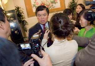 Dân biểu David Wu đang trả lời các phóng viên tại buổi tiếp báo giới hôm thứ Hai, ngày 26 tháng 4 năm 2010. RFA PHOTO.