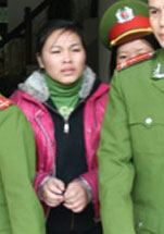 Nữ sinh Nguyễn Thanh Thúy sinh năm 1992, đang bị dẫn giải ra tòa dự phiên xử vụ án vị hiệu trưởng Sầm Đức Xương mua dâm nữ sinh tại Hà Giang sáng 27/01/2010. Courtesy Vietbao