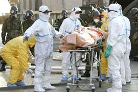 Một người đã bị nhiễm bức xạ, được mang đến cấp cứu tại một trung tâm điều trị bức xạ ở TP Nihonmatsu
