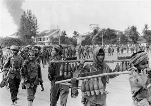 Đám lính Khmer đỏ tuyển, đa số là trẻ em. Lưc lượng này đa gây hãi hùng cho người dân Kampuchia trong suốt 4 năm. AFP photo
