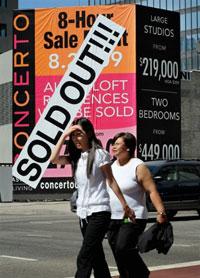 Một khu chung cư ở Los Angeles thông báo đã bán hết các căn hộ hôm 10-9-2009. AFP PHOTO