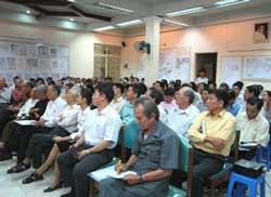 Các đại biểu tham dự buổi tọa đàm khoa học với chủ đề
