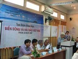 Thạc sĩ luật Hoàng Việt (ngồi, trái) tại buổi tọa đàm khoa học với chủ đề