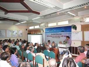 """Thạc sĩ luật Hoàng Việt đang phát biểu tại buổi tọa đàm khoa học với chủ đề """"Biển Đông và hải đảo Việt Nam"""" hồi năm 2009 ở TPHCM."""