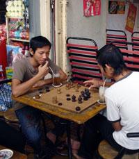 Thanh niên Campuchia thích vừa uống càphê vừa chơi cờ. Photo by Nguyễn Bình/RFA