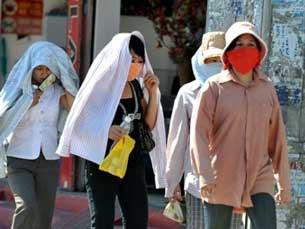 Người dân tự bảo vệ dưới trời nắng nóng.