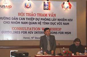 Ông Eamonn Merphy (ngồi) tại Hội thảo hướng dẫn phòng lây nhiễm HIV.