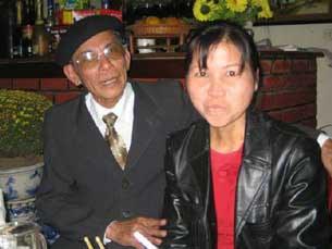 Chị Hồ Thị Bích Khương (phải) và Ông Võ Văn Nghệ.