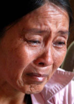 Bà Nguyễn Thị Bưởi (vợ thuyền trưởng Tiêu Viết Là) khóc lo lắng cho số phận của gia đình nay đã mất hết tài sản. Photo courtesy: báo tin 247-ảnh Trí Tín