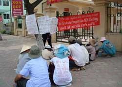 Dân oan Bến Tre khiếu kiện tập thể. Photo courtesy of danchu.ucoz.com