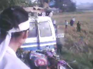 Công an và cảnh sát cơ động chặn xe tang cướp quan tài cụ bà Hồ Nhu, hôm 04.05.2010 tại xứ Cồn Dầu, Đà Nẵng. Hình RFA chụp từ YouTube.