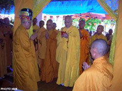 Tam vị Hoà thượng Thích Quảng Độ, Thích Bảo An và Thích Thiện Hạnh dâng lễ thọ tang tại Tu viện Nguyên Thiều, 6.7.2008. Photo courtesy of IBIB.
