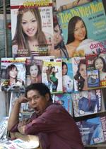 Gian hàng báo ở Hà Nội. Mặc dầu sản phẩm báo đa dạng, báo chí nằm trong vòng kiểm tỏa của chính quyền. AFP PHOTO