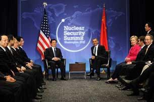 Tổng thống Hoa Kỳ Barack Obama và Chủ tịch Trung quốc Hồ Cẩm Đào thảo luận song phương, một phần của Hội nghị Thượng đỉnh về An ninh Hạt nhân 2010. Ảnh chụp tại Washington DC 12-04-2010.