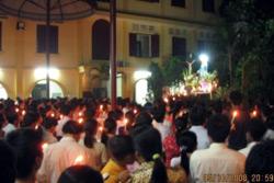 Trong lúc Chính quyền và Giáo hội tìm cách đối thoại, giáo dân tiếp tục tập trung cầu nguyện trong Nhà thờ Thái Hà. Photo courtesy of vietcatholic