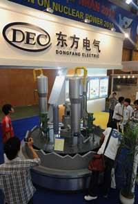 Khách tham quan đang xem mô hình lò phản ứng hạt nhân của công ty điện Đông Phương, Trung Quốc tại cuộc triển lãm về điện hạt nhân đang được tổ chức tại Hà Nội ngày 28 tháng 5 năm 2010. AFP PHOTO / HOANG DINH Nam.