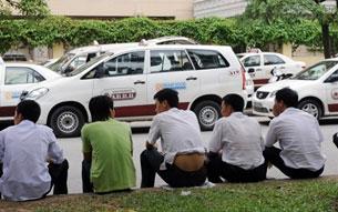 Hôm 31-6-2008, tài xế taxi Hà Nội đình công do giá xăng dầu tăng quá cao. Photo: AFP