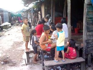 Những gia đình VN tỵ nạn bên Campuchia và bên Thái
