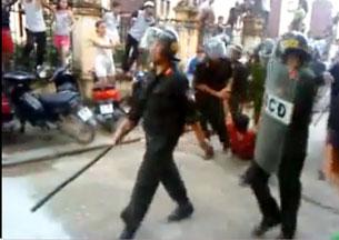 Biểu tình ở Bắc Giang vì công an đánh chết người  chiều chủ nhật 25 tháng 7 năm 2010. Công an đang lôi kéo một người (mặc áo đỏ).