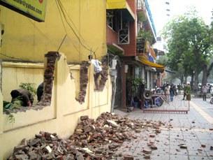 Tường rào nhà Luật sư Cù Huy Hà Vũ bị chính quyền địa phương đập phá