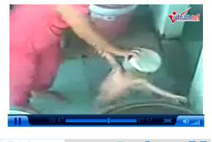 Cảnh hành hạ em bé 3 tuổi