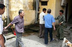 Công An ngăn chặn tín đồ Tin Lành nhóm họp. (công an mặc đồ rằn ri). RFA photo.