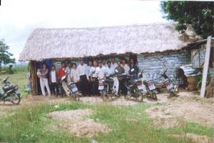 Cảnh ngôi nhà nguyện làm bằng tranh nứa, và bà con tín hữu đang sinh hoạt. Photo courtesy Ykiet.net.