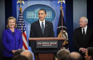 Tổng thống Hoa Kỳ Barack Obama, Ngoại trưởng Hillary Clinton (trái) và Bộ trưởng Quốc phòng Robert Gates tại buổi họp báo công bố đạt thỏa thuận với Nga về Hiệp ước cắt giảm vũ khí, hôm 26.03.2010, ở Nhà Trắng. AFP Photo.