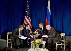 Tổng thống Barack Obama thảo luận với Tổng thống Nga Dmitry Medvedev bên lề Hội nghị thượng đỉnh Copenhagen, hôm 18-12-2009. White House Photo by Pete Souza.