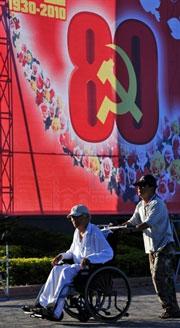 Biểu ngữ cổ động của Đảng CSVN được treo khắp các thành phố. AFP