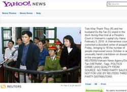 Vợ chồng nhà văn Trần Khải Thanh Thuỷ tại toà án Hà Nội hôm 5-2-2010. Ảnh chụp trang Yahoo! đăng hình của Reuters về vụ xử.