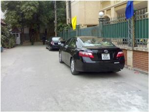Đoàn mấy chiếc xe du lịch mới tinh bóng loáng đỗ  trước ngôi nhà mới kín cổng cao tường của TBT Lê Khả Phiêu